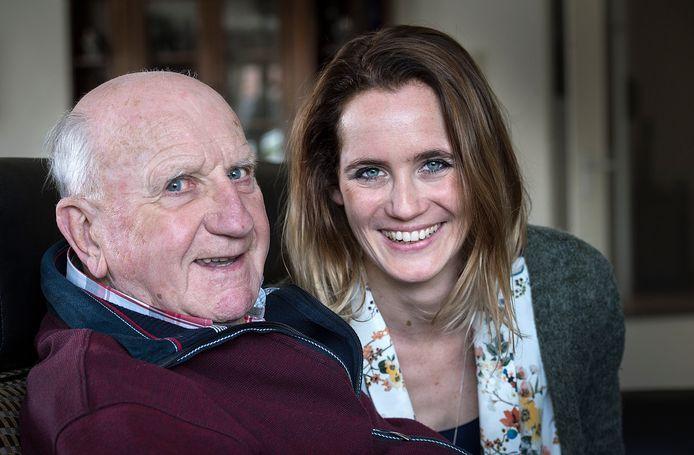 Kees Rijvers met kleindochter Antje Veldt, die in 2016 een biografie over hem uitbracht.