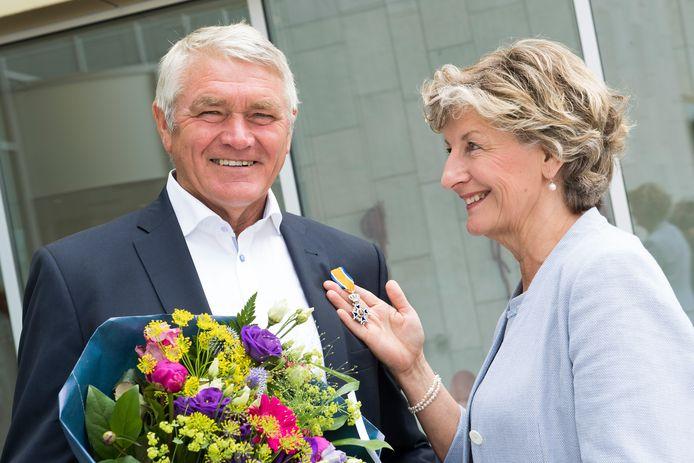 Wil van Rhee heeft een Koninklijke onderscheiding gekregen van zijn vrouw en tevens waarnemend burgemeester Corry van Rhee