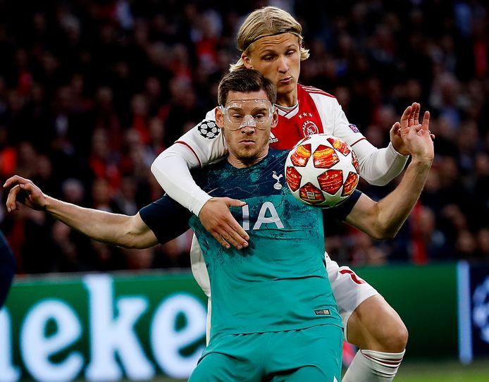 Jan Vertonghen in duel met Kasper Dolberg in de halve finale van de Champions League