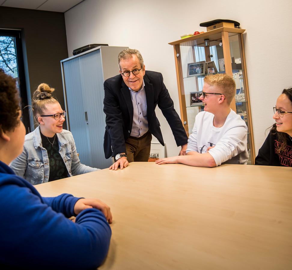 Frans Coehorst tussen leerlingen op het Bonhoeffer College aan de Vlierstraat.