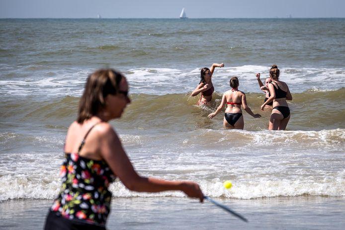 Bezoekers op het strand van Zandvoort.
