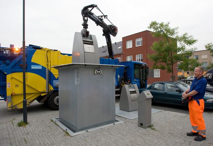 Een ondergrondse vuilcontainer wordt geleegd, foto ter illustratie.