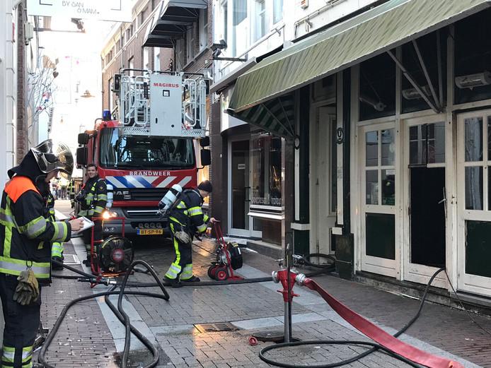 De brandweer bij feestcafé Lalalaa in de Ridderstraat in Den Bosch.