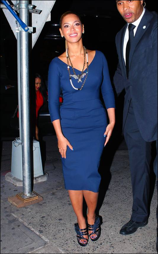 Beyoncé in een klassieke basisjurk. Zij combineerde het met bijpassende schoenen en sieraden.
