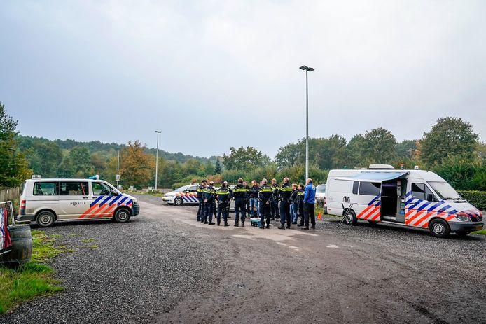 De politie begint de zoekactie vanaf de parkeerplaats van Pannekoeckershuys in Den Hout