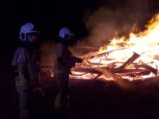 Grote stapel afval vat vlam in Deurningen, mogelijk aangestoken