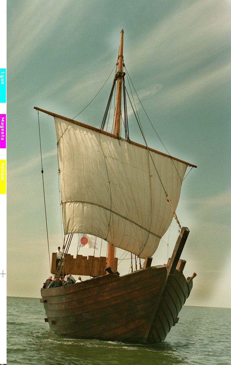 Voor het eerst in circa 600 jaar zeilde er in 1998 een originele Kamper Kogge op het IJsselmeer. Beeld ANP