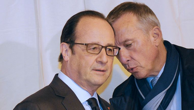 De Franse president Francois Hollande praat met de burgemeester van de stad Tulle, die voor de Socialistische Partij kandidaat is bij de verkiezingen. Beeld null
