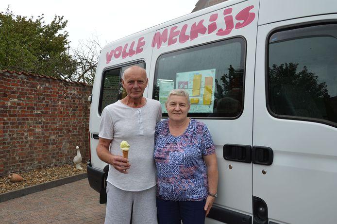 Eddy en zijn echtgenote Vera bij zijn ijskar.
