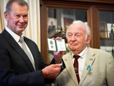 Door Rusland onderscheiden Albert (92) uit Almelo geeft iets terug aan Poetin: een midwinterhoorn