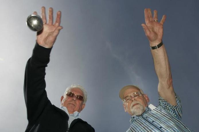 Erelid Gerard van der Korput (links) en voorzitter Cor Timmermans van de Dongense Jeu de Boules Club werpen wekelijks een balletje op het boulesterrein aan de Deken Batenburgstraat in Dongen. foto Ramon Mangold/het fotoburo