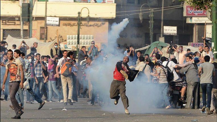 Egyptische demonstranten werpen stenen naar de politie.