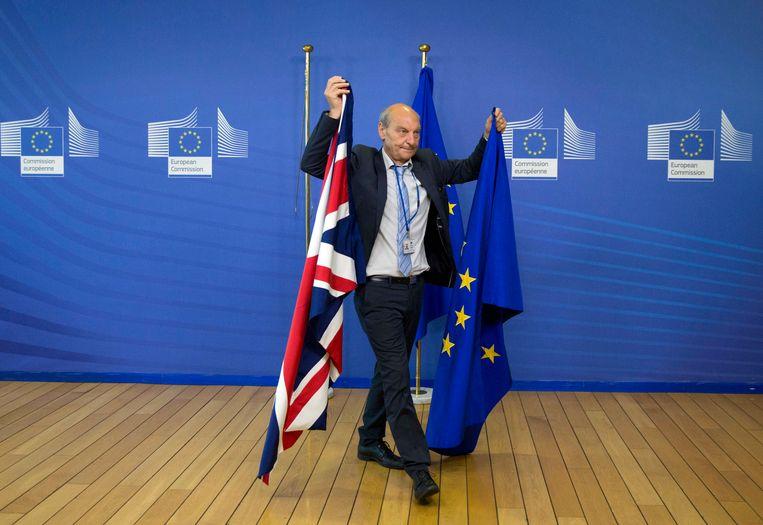 Bij de EU in Brussel worden de Britse vlag en de EU-vlag verwisseld (archieffoto). Beeld AP