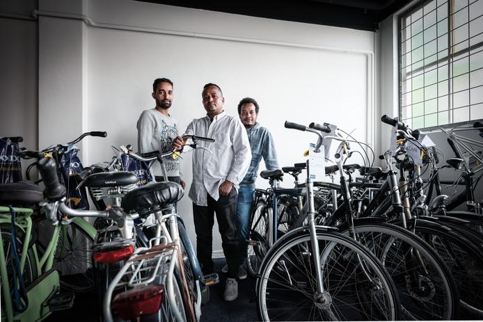 Kbrom Tukue Futur, Fukada Tesfai en Haben Gebregergish (v.l.n.r) hebben hun fietsenmakersdiploma gehaald.