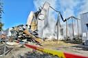 De dag na de brand in Aanmaakblokjesfabriek Fire-Up is de schade goed te zien.