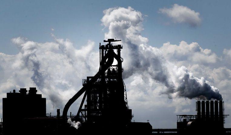 Een schoorsteen op het terrein van staalproducent Tata Steel in Nederland.