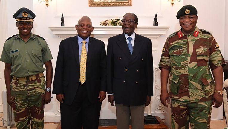 Mugabe (tweede van rechts) poseert naast generaal Chuiwenga (rechts). Beeld afp