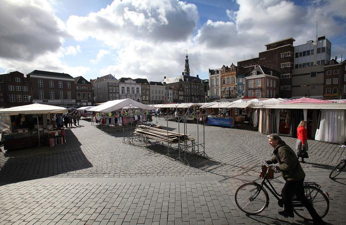 De gemeente wil de warenmarkt op woensdag nieuw leven inblazen. Terrassen moeten dan  een maatje kleiner uitvallen.