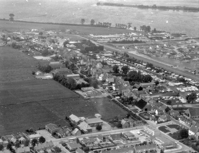 Luchtfoto van Lage Zwaluwe aan de Amer, omstreeks 1970.