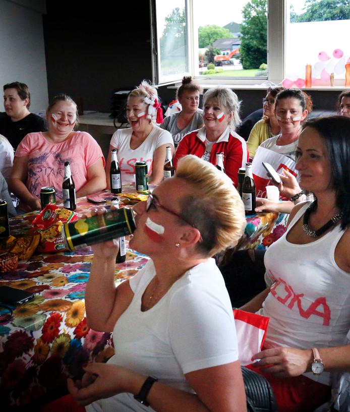 Poolse arbeidsmigranten kijken in Velddriel naar de voetbalwedstrijd Duitsland-Polen.