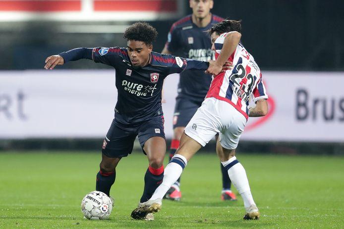 Godfried Roemeratoe (links) in actie voor FC Twente tegen Willem II.