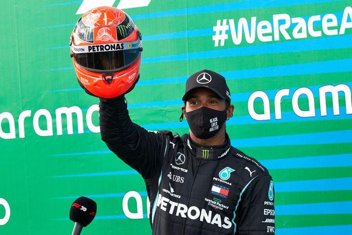 Lewis Hamilton met een helm van de grootmeester Michael Schumacher zelf, geschonken door diens zoon Mick Schumacher.