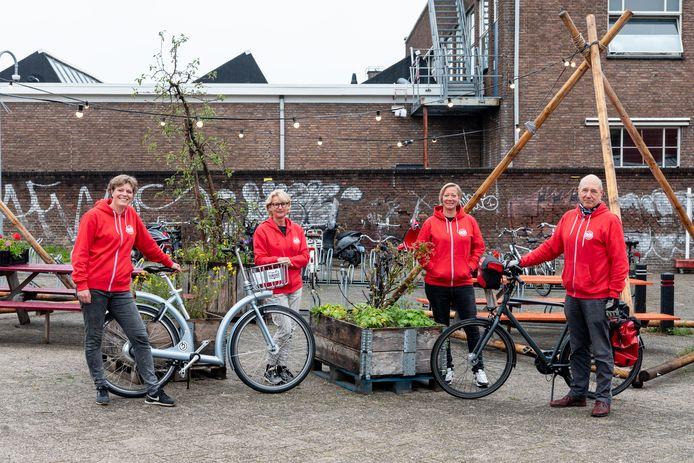 V.l.n.r.: Imke van de Venne, Ans van Bekkum, Tina Milder en Bert Verlinden vormen samen met Christel van Wee (niet op de foto)  het kernteam van het Keistad Fietsfestival.