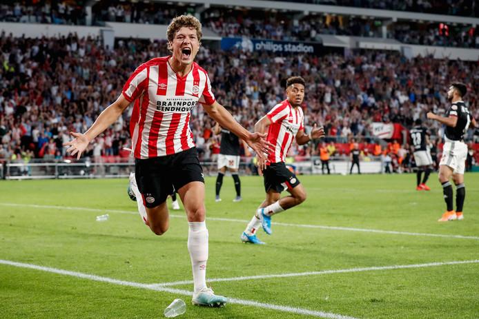 PSV heeft dankzij een knotsgekke slotfase FC Basel verslagen.