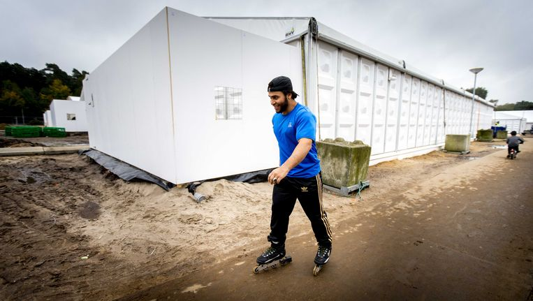Een asielzoeker rolschaatst over het terrein met het tentenkamp dat dient als tijdelijke noodopvanglocatie voor 3000 vluchtelingen in Heumensoord bij Nijmegen Beeld anp