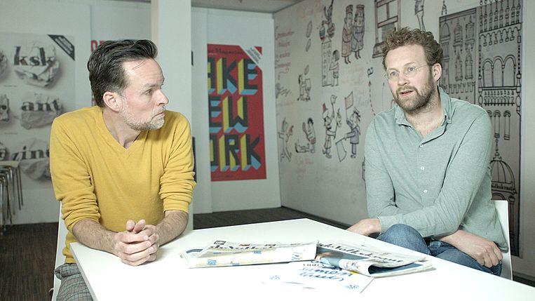 Onderwijsverslaggever Rik Kuiper en chef Verslaggeverij Tjerk Gualthérie van Weezel op de redactie van de Volkskrant Beeld Medialogica