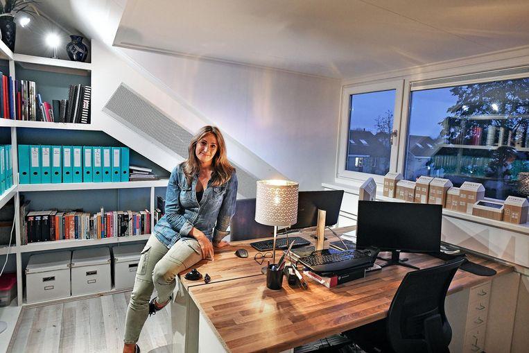 Sanna Helmer in haar nieuwe kantoor aan huis in Almere. Beeld Guus Dubbelman / de Volkskrant