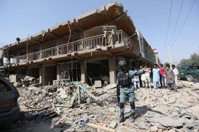 Een verwoest gebouw na een aanslag in het centrum van Kabul op 7 augustus. Beeld ap
