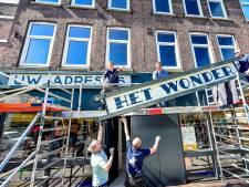 Bijzondere panelen van 'Het Wonder' terug boven winkel in Noordmolenstraat