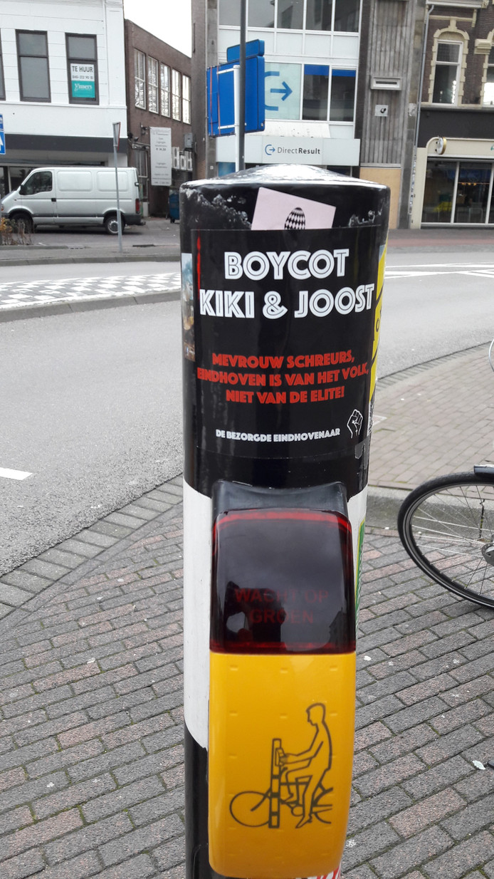 Her en der in de Einhovense binnenstad doken anti Kiki&Joost stickers op.