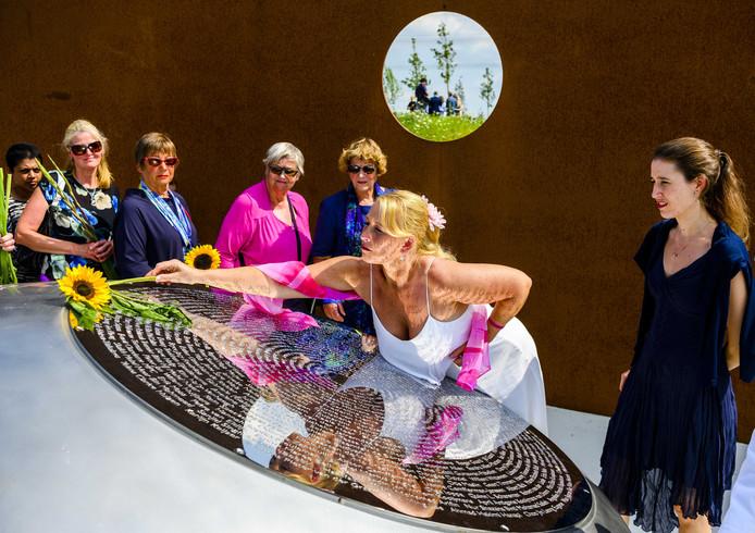 Nabestaanden leggen bloemen bij het Nationaal Monument MH17 in Vijfhuizen.