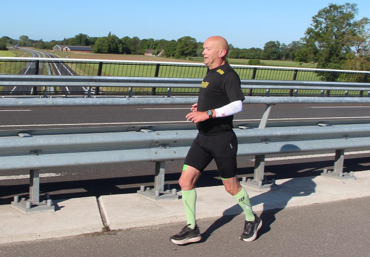 Ultraloper Henk Harenberg na circa 5 kilometer van zijn 100ste marathon: een 'corona-editie' over de N823 tussen Eibergen en Neede.