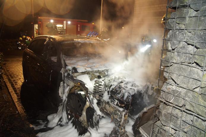Auto uitgebrand op oprit in Drunen
