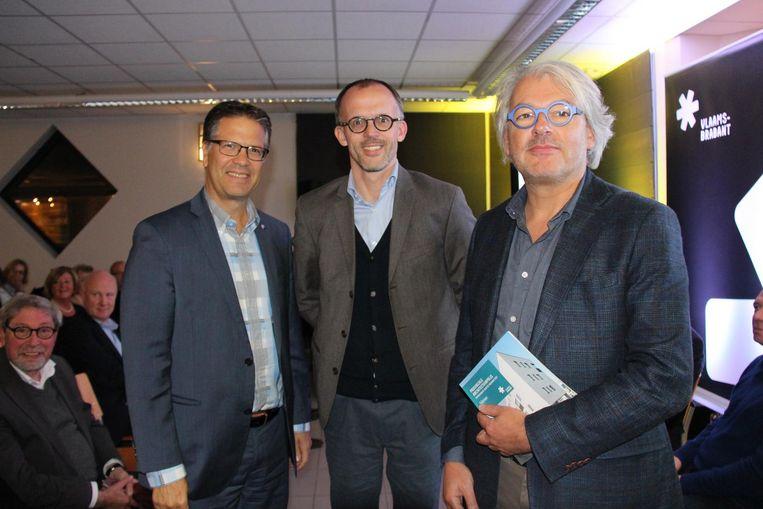 Tom Dehaene, Peter Van Impe en eigenaar van het gebouw Johan Lefevre bij de Provinciale Architectuurprijs.