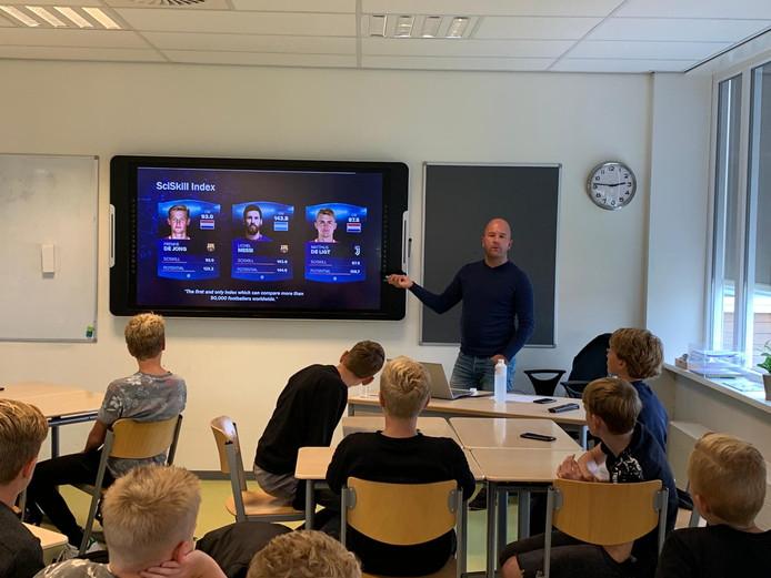 Brugklassers van Het Noordik in Vriezenveen krijgen masterclasses van ouders en oud-leerlingen