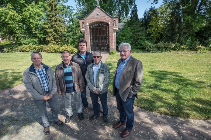 Vlnr: Jan Verheijden, Ger Barents, René Vos, Ad Heesakkers en Jen Adams bij de herdenkingskapel in Budel.