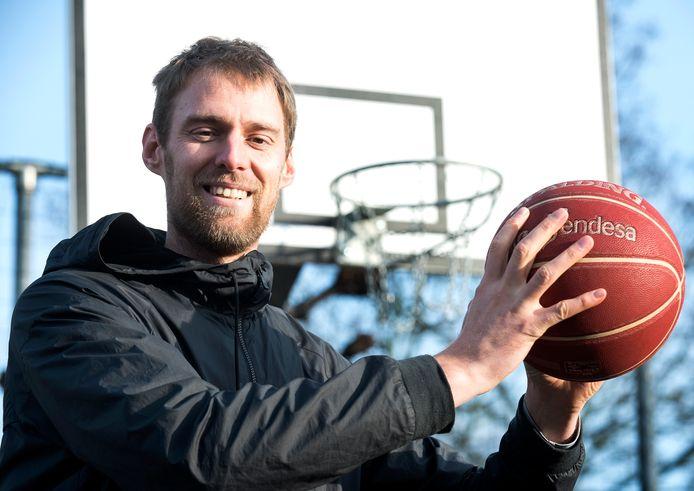 Henk Norel stopte vorig jaar met basketbal, maar begint nu toch weer opnieuw.