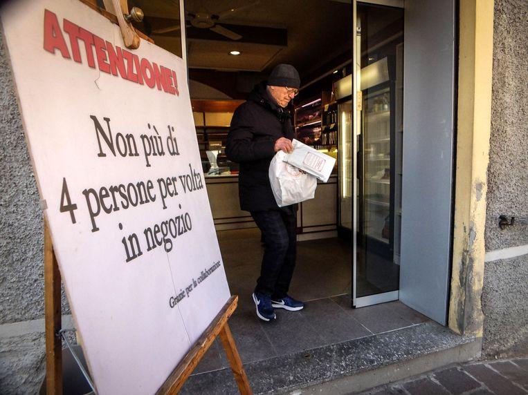 'Niet meer dan 4 personen in de winkel', staat te lezen in deze bakkerij in Codogno waar de Italiaanse patiënt nul vandaan kwam. Beeld EPA