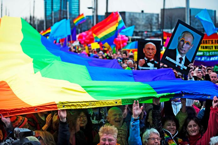 Demonstranten protesteerden eerder tegen de Russische antihomowet bij het Scheepvaartmuseum in Amsterdam.