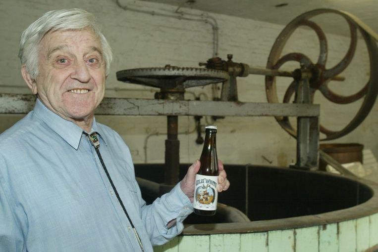 Pierre Celis met zijn Celis White in de eerste brouwerij in de Vroentestraat.