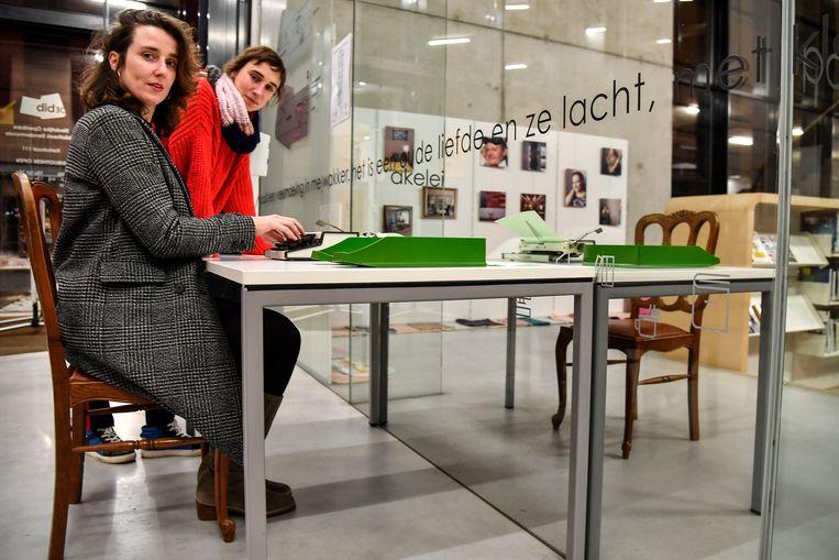 """Isabelle Ringoet en Leen Roels aan de typmachines die ter beschikking staan in de bib: """"Iedereen kan er zijn verhaal op kwijt"""", klinkt het."""
