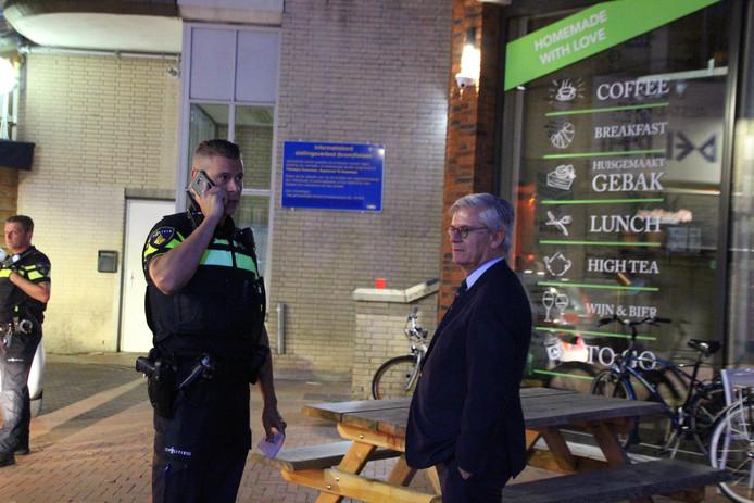 Burgemeester Charlie Aptroot van Zoetermeer liep een nacht mee met de dienders die te maken hebben met veel uitgaansgeweld in het Stadshart.