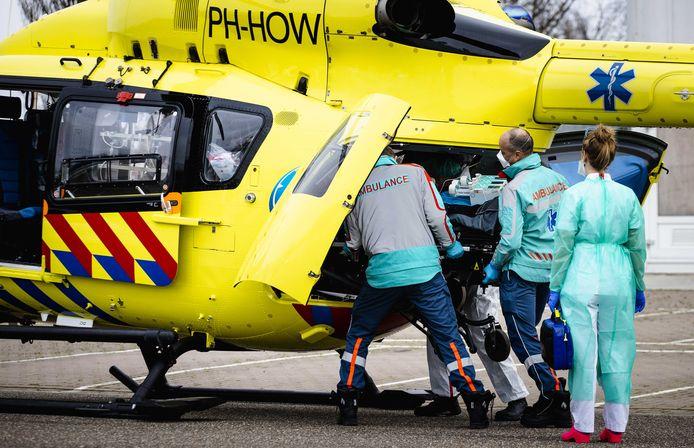 Een coronapatient wordt vanaf het Franciscus Gasthuis in Rotterdam verplaatst door middel van een traumahelikopter.