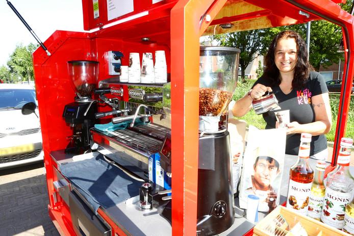 """Met haar 'Koffie K-tje' schotelt Petra Schröder het festivalpubliek allerlei soorten koffie voor. ,,Koffie hoort bij mij."""""""