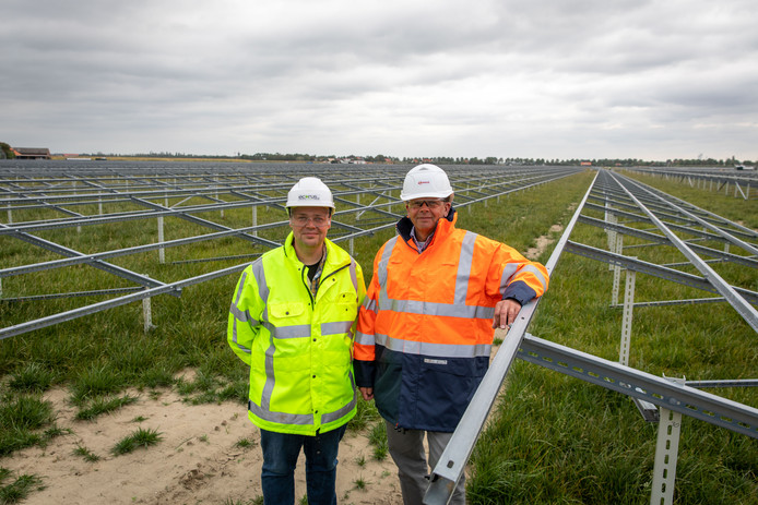Grondeigenaar Aad Geluk en projectleider Geert Ardon van Eneco.