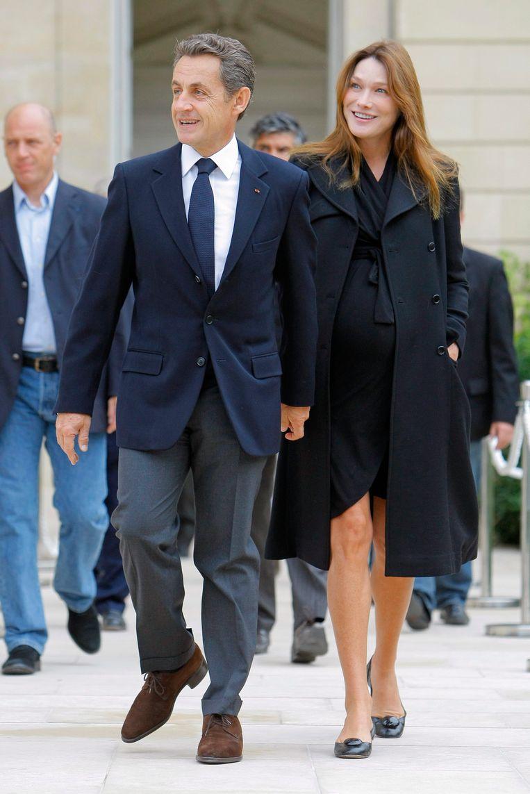 De zwangere Bruni met haar man Beeld EPA